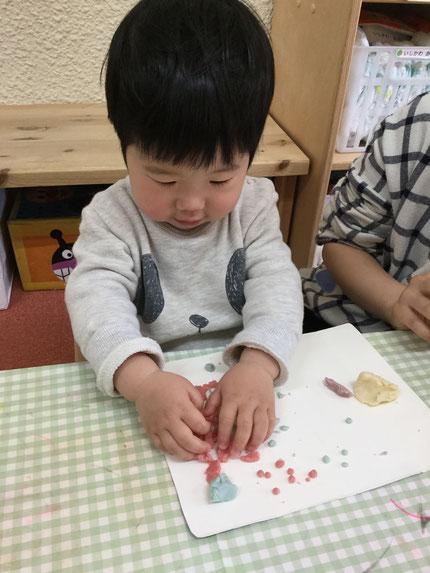 そらぐみさんは、小麦粉粘土で遊びました。粘土、楽しかったかな?