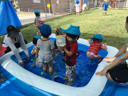 毎日、暑いですね。暑い日こそプール遊び ! みんな、思い思いに遊んでいます。