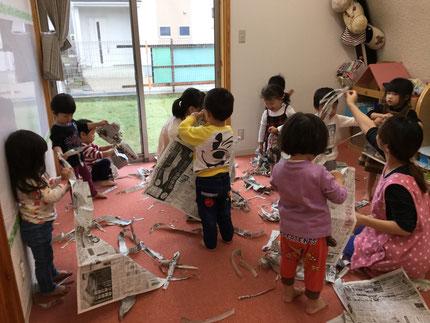 今日は雨なので、お部屋で遊びました。ほしぐみさんは、新聞紙遊びをしました。