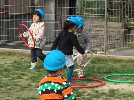 フープで遊んでいました。ジャンプしたり、電車や車に見立てて遊んでいました。楽しかったね !