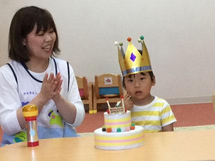 今日は、ひかりぐみのれんくんのお誕生日会をしました。れんくんは、今日で2歳になりました。みんなから、♪  ハッピーバーズデイ ♪  の歌とケーキのプレゼント。れんくん、お誕生日おめでとう !
