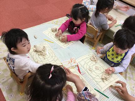今日、ひかりぐみさんは、粘土遊びをしました。みんな、真剣に遊んでいました。