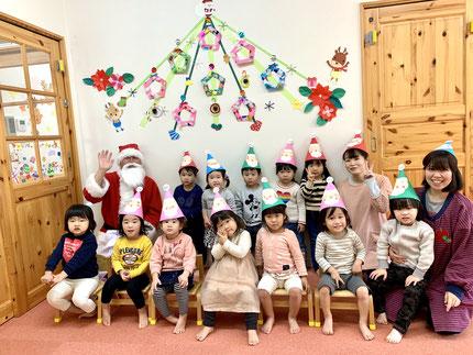 みんなで、記念撮影 ! 子どもたちがかぶっている帽子は、子どもたちが作った帽子です。