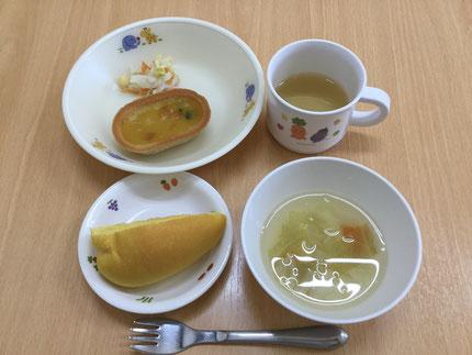 今日は、お給食の様子を紹介したいと思います。メニューは、●にんじんパン●かぼちゃグラタン●マカロニスープ●コールスローサラダです。