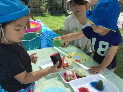 お誕生日会の後は、絵の具で野菜のスタンプ遊びをしました。