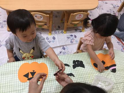 ひかりぐみさんは、室内でシール貼り遊びをしました。あおぞら保育園内も、すっかりハロウィンの装飾でいっぱい!カボチャの顔に好きな形の目や、口などを貼りました。