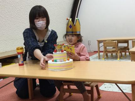 今日は、ほしぐみのあんちゃんのお誕生日会をしました。あんちゃんは、12日で3歳になりました。みんなから、♪ ハッピーバーズデイ ♪ の歌とケーキのプレゼント。あんちゃん、お誕生日おめでとう !