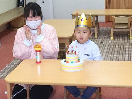 今日は、ほしぐみのテンハウくんのお誕生日会をしました。テンハウくんは、10日で3歳になりました。みんなから、♪ ハッピーバーズデイ ♪ の歌とケーキのプレゼント。テンハウくん、3歳のお誕生日おめでとう !