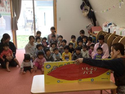 先生が、大型絵本を読んでくれました。みんな、とても真剣に見ていましたよ !