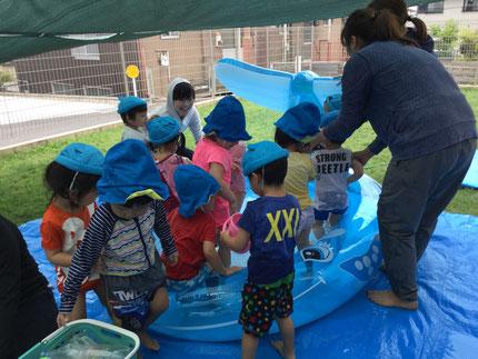 みんな、おもちゃで遊んだり、プールの中に入ったりと、楽しそうに遊んでいました。
