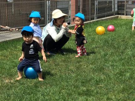 ひかりぐみさんは、テラスでボール遊びをしました。ボールを投げたり、ボールの上に乗ったり・・・ みんな、元気に遊んでいました。