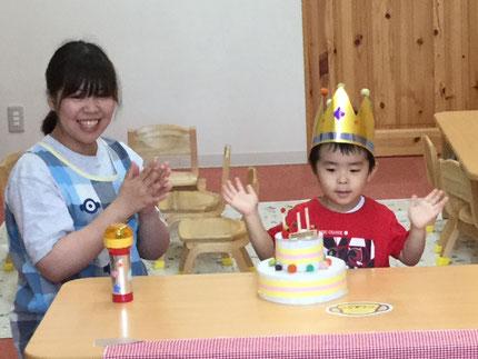 今日は、ほしぐみのたいせいくんのお誕生日会をしました。たいせい くんは、9日で3歳になります。みんなから、♪ ハッピーバーズデイ ♪ の歌とケーキのプレゼント。たいせいくん、お誕生日おめでとう !