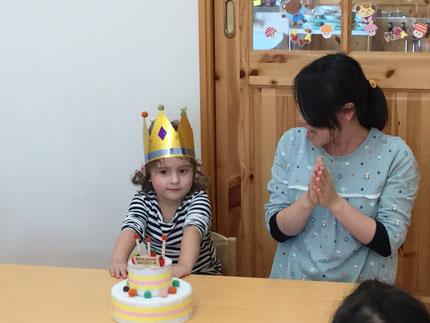 今日は、ほしぐみのメリサ  ユミちゃんのお誕生日会をしました。メリサちゃんは、10月29日で3歳になりました。みんなから、♪ ハッピーバーズデイ ♪ の歌とケーキのプレゼント ! メリサちゃん、3歳のお誕生日おめでとう !