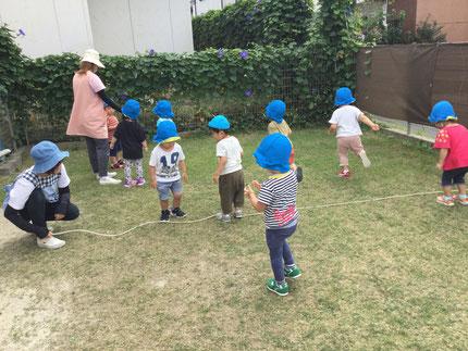 ほしぐみさんは、お外でたくさん体を動かして遊びました!長縄遊びでは、クネクネと動く長縄に当たらないように、ジャンプ!いつジャンプしようかな?と、タイミングを見計っている子もいました。