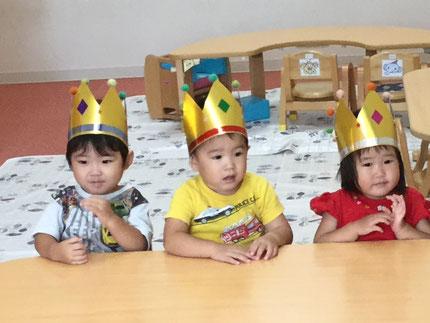 今日は、ひかりぐみのしずくちゃん、れんとくん、ようくんのお誕生日会をしました。しずくちゃんは9日、れんとくんは18日で2歳になり、ようくんは26日で2歳になります。みんなから、♪ ハッピーバーズデイ ♪ の歌とケーキのプレゼント ! お誕生日おめでとう !