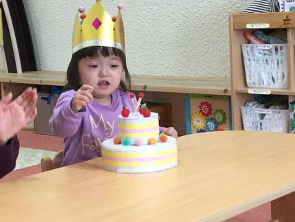 今日は、ひかりぐみさんのゆきあちゃんのお誕生日会。ゆきあちゃんは、昨日で2歳になりました。みんなから、♪ ハッピーバーズデイ ♪の歌と、ケーキのプレゼント。ゆきあちゃん、お誕生日おめでとう !