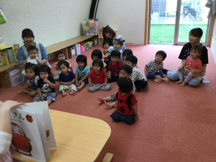 お楽しみ会は、先生が大きな「 だるまさんが 」の絵本を読んでくれました。みんな、楽しそうにだるまさんの真似をしていました。