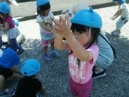 みんな、砂利をたくさん触って遊んでいました。砂利は、どんな感触だったかな ?