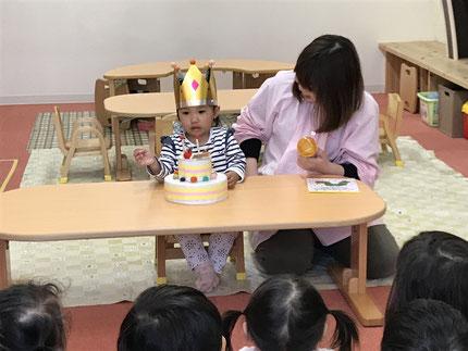 今日は、ひかりぐみのウィットちゃんのお誕生日会をしました。ウィットちゃんは、今日で2歳になりました。みんなから、♪ ハッピーバーズデイ ♪ の歌とケーキのプレゼント。ウィットちゃん, お誕生日おめでとう !