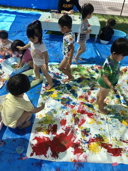 今日は、絵の具遊びをしました。みんな、楽しんでいましたよ !