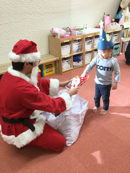 みんなの願い通り、保育園にサンタさんが来てくれました。サンタさんからプレゼントをもらい、みんな大喜び。☆ メリークリスマス ☆