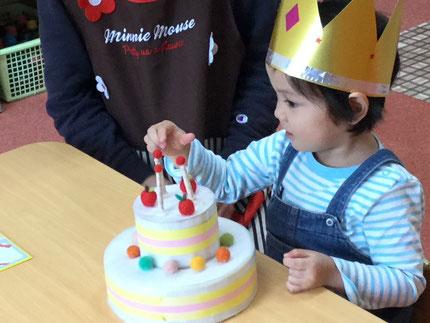 今日は、ほしぐみのかんなちゃんのお誕生日会。かんなちゃんは、明日で3歳になります。みんなから、♪ハッピーバーズデイ♪の歌とケーキのプレゼント。かんなちゃん、お誕生日おめでとう !