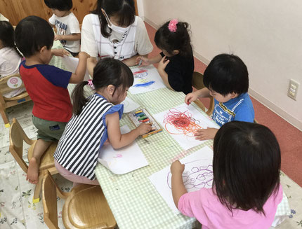 季節的に、どんぐりを描いている子もいて「どんぐりころころ〜♪」と歌をうたいながら絵を描いている子もいて、とても楽しそうでした!