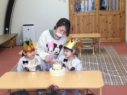 年が明け、いよいよ2018年が始まりました。今日は、ほしぐみのマリナちゃん、マリアネちゃんのお誕生日会をしました。マリナちゃんとマリアネちゃんは、5日で3歳になりました。みんなから、♪ ハッピーバーズデイ ♪  の歌とケーキのプレゼント。マリナちゃん、マリアネちゃん、お誕生日おめでとう !