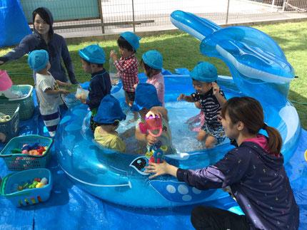 希望保育中は水遊びだったので、久しぶりにプール遊びをしました。お友達がたくさんいると、楽しいね !