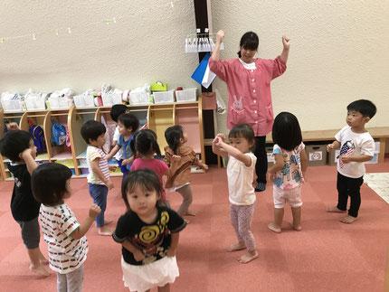 ほしぐみさん、新聞紙遊びの前に、音楽に合わせて体操をしました。みんな、元気に体操をしていました。
