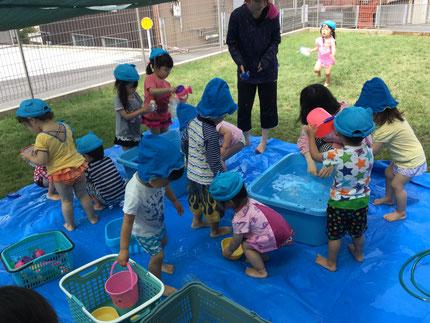 みんな、楽しそうに水に触れていました。
