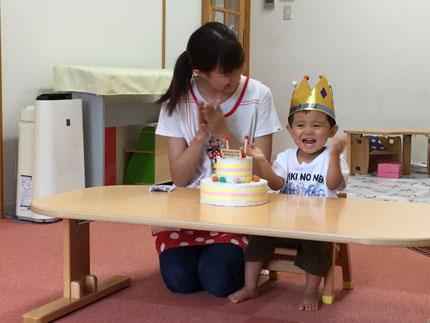 今日はひかりぐみの、のぶはるくんのお誕生日会をしました。のぶはるくんは、今日で2歳になりました。みんなから、♪ ハッピーバーズデイ  ♪ の歌とケーキのプレゼント。のぶはるくん、お誕生日おめでとう !