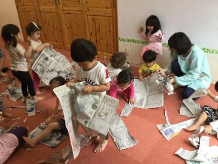 今日は雨・・・お部屋で遊びました。ほしぐみさんは、新聞紙遊びをしました。破ったり、丸めたり、いろいろなことをして遊んでいました。