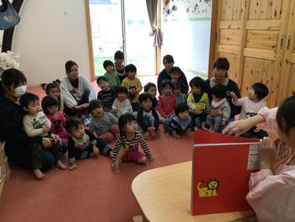 お楽しみ会は、先生が絵本を読んでくれました。みんな、とても真剣に見ていました。楽しかったね !