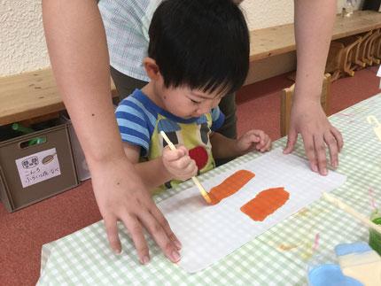 ほしぐみさんは、障子紙にいろいろな色の絵の具を塗りました。