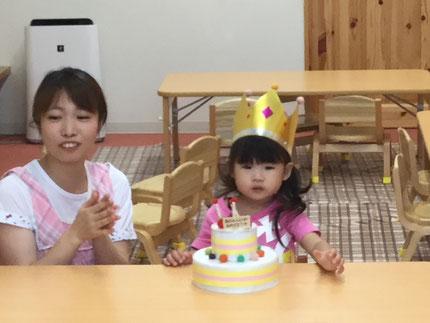 今日は、ほしぐみのことはちゃんのお誕生日会をしました。ことはちゃんは、30日で3歳になります。みんなから、♪ハッピーバーズデイ♪ の歌と、ケーキのプレゼント。ことはちゃん、3歳のお誕生日おめでとう !
