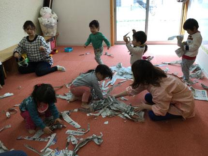 そらぐみさんとひかりぐみさんは、新聞紙で遊びました。丸めたり、ちぎったりして、たくさん遊ぶことができました。