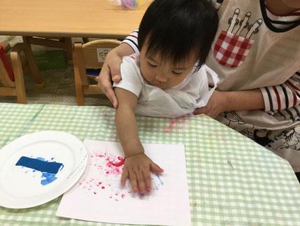 今日は、絵の具で遊びました。指に絵の具をつけて、ペタペタペタ。