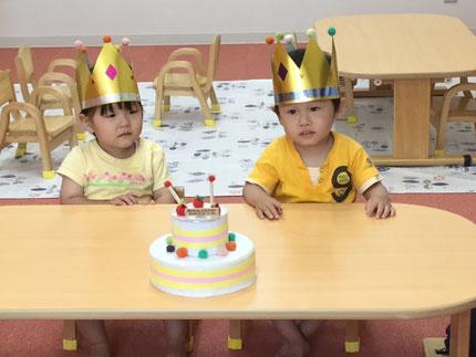 今日は、ひかりぐみのことみちゃんと、がくやくんのお誕生日会をしました。ことみちゃんとがくやくんは、今日で2歳になりました。みんなから、♪  ハッピーバーズデイ ♪ の歌とケーキのプレゼント。ことみちゃんがくやくん、お誕生日おめでとう !