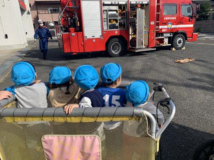 今日、ひかりぐみさんとそらぐみさんは、消防署へお散歩に行き   ました。