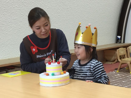 今日は、ほしぐみのあんちゃんのお誕生日会。あんちゃんは、今日で3歳になりました。みんなから、♪ ハッピーバースデー ♪の歌とケーキのプレゼント。あんちゃん、お誕生日おめでとう !