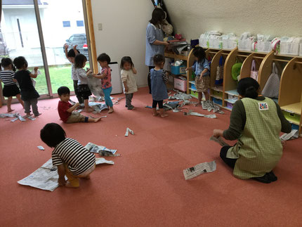 今日、ほしぐみさんは新聞紙で遊びました。新聞紙丸めてみたり、広げてみたり、楽しそうに遊んでいました。