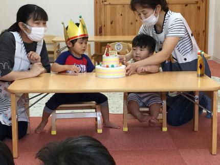 今日は、7月生まれのお友だちのお誕生日会をしました。みんなから「ハッピーバースデー♪」の歌とケーキをプレゼント。お誕生日おめでとう!
