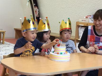 今日は、ひかりぐみのはやとくん、ほしぐみのはるなちゃん、    みなとくんのお誕生日会をしました。はやとくんは30日で2歳、はるなちゃんは今日で3歳になりました。みなとくんは、8月がお誕生日で14日で3歳になりました。みんなから、♪  ハッピーバーズデイ  ♪の歌とケーキのプレゼント。お誕生日おめでとう !