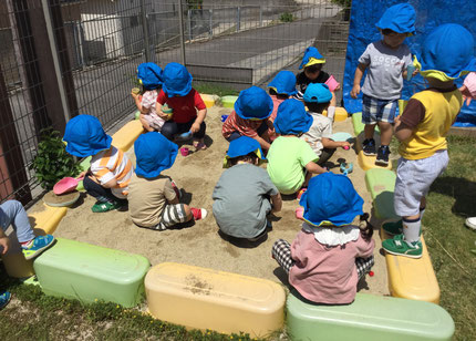 今日、ほしぐみさんは、砂場で遊びました。スコップを持って穴を掘ったり、山を作ったり、アイスの形の入れ物に砂を入れてアイスクリームを作ったりと思い思いに遊んでいました。