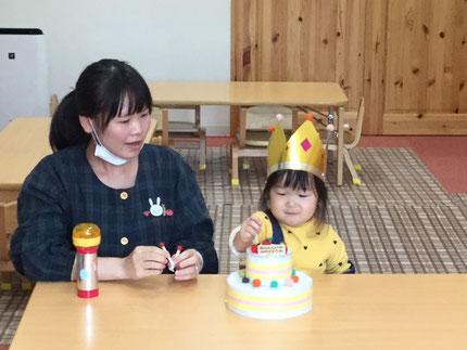 今日は、ほしぐみさんのこはるちゃんのお誕生日会をしました。こはるちゃんは、25日で3歳になりました。みんなから、♪ ハッピーバーズデイ ♪ の歌とケーキのプレゼント。こはるちゃん、お誕生日おめでとう !