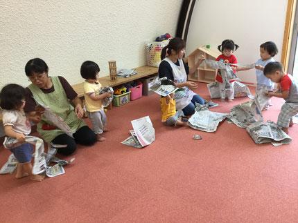 今日は、お部屋で遊びました。ひかりぐみさんとそらぐみさんは、新聞紙遊びをしました。新聞紙を丸めたり、ちぎったりして楽しんでいました。