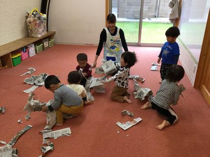 今日は、雨・・・。お部屋で遊びました。ひかりぐみさんは、新聞紙遊びをしました。ちぎってみたり、丸めてみたりして遊んでいました。
