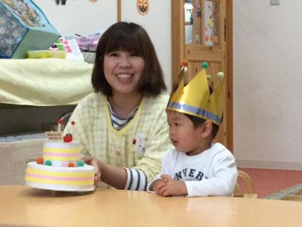 今日は、ひかりぐみのそうすけくんのお誕生日会をしました。そうすけくんは、今日で2歳になりました。みんなから、♪ハッピーバーズデイ ♪の歌とケーキのプレゼント。そうすけくん、お誕生日おめでとう !