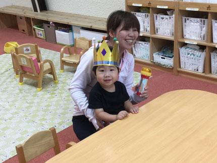 今日は、ひかりぐみのあおくんのお誕生日会をしました。あおくんは、今日で2歳になりました。みんなから、♪ ハッピーバーズデイ ♪ の歌とケーキのプレゼント。あおくん、2歳のお誕生日おめでとう !